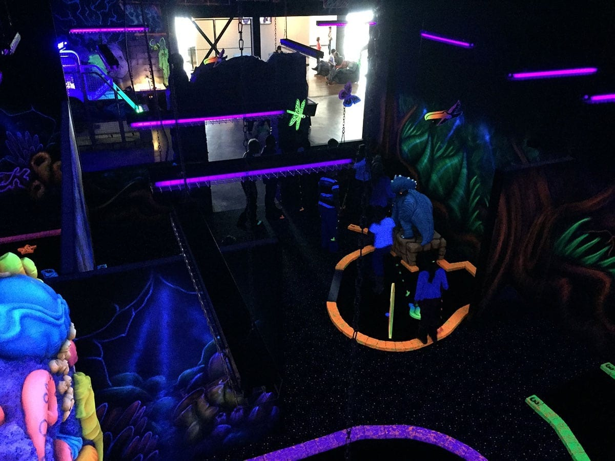Mini golf fluorescent montr al laval zone15 centre for Golf interieur laval