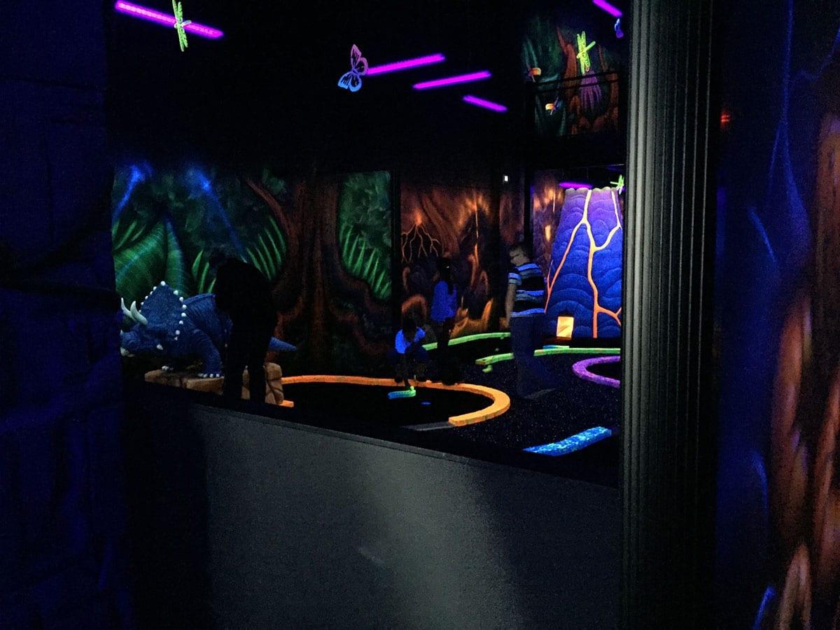 Fluorescent mini putt laval recreational centre zone 15 for Equipement restaurant laval